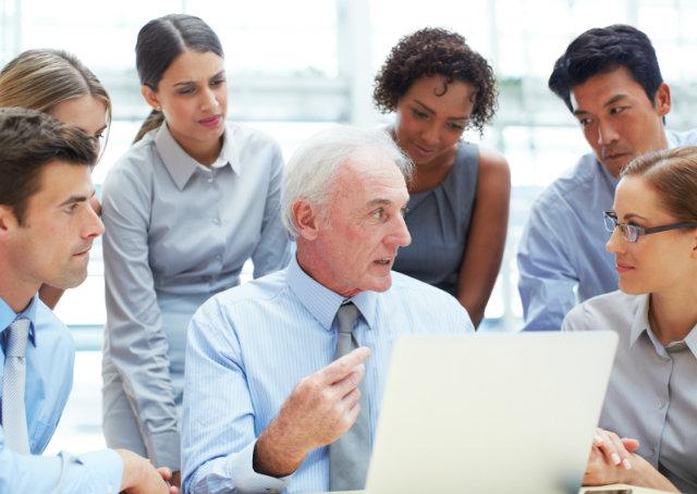 Aumento da longevidade impulsiona recolocação profissional de quem passou dos 55 anos