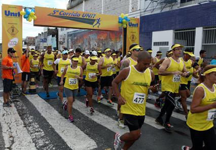 Centenas de atletas participam da Corrida Unit