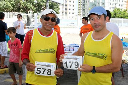 Elci Carlos e Welington Silva recebem os kits
