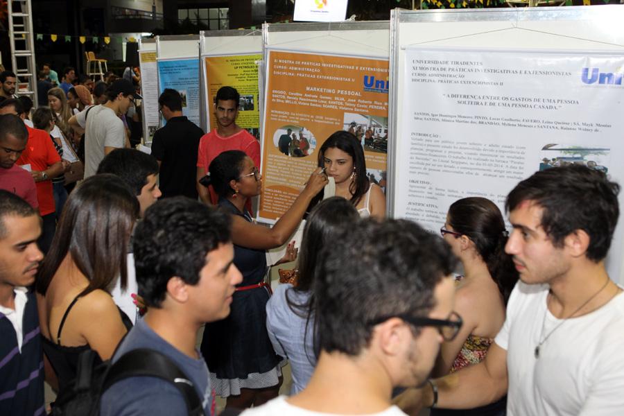 Acadêmicos expõem centenas de trabalhos na Unit
