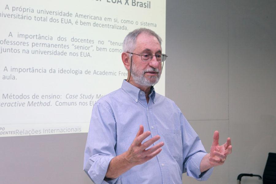 Com linguagem simples, o Doutor James fala sobre a internacionalização do conhecimento