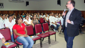 Professor Marcos Vasconcelos fala aos colaboradores