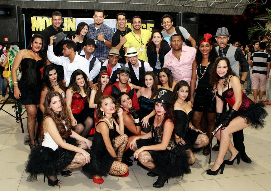 Reunido, o elenco comemora o sucesso da apresentação