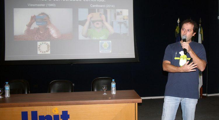 O palestrante, professor  Alexandre Campos