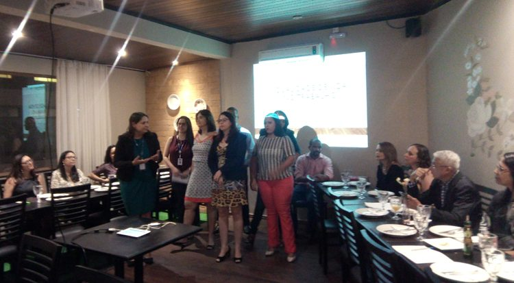 A professora Janaína apresenta sua equipe e agradece aos gerentes de RHs