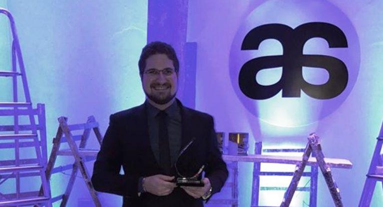 Professor Thiago Perez na premiação da revista Arteambiente