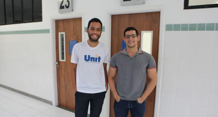 Os alunos mentores Rodrigo Costa e Joao Victor Freitas