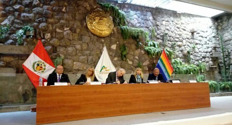Mesa durante o congresso internacional em Cusco, Peru