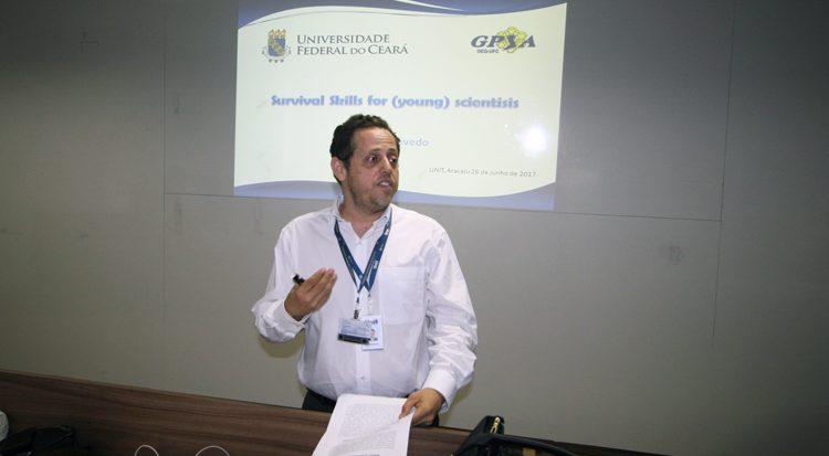 O doutor Álvaro da Silva Lima apresenta as conferencistas