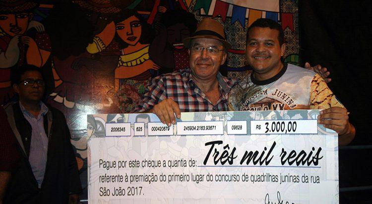 Alexandro de São Pedro Santos recebe o cheque em nome da quadrilha vencedora, Século XX