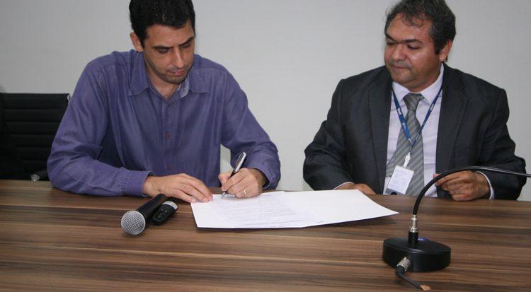 Pablo Boaventura e o diretor de Educação Corporativa, professor Marcos Wandir formalizam a parceria