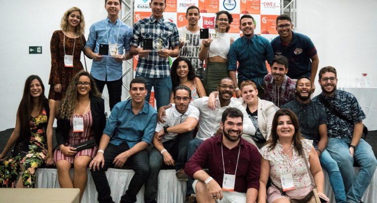 Alunos comemoram os quatro trabalhos vencedores junto com os professores Evandro Neto e Juliana Almeida
