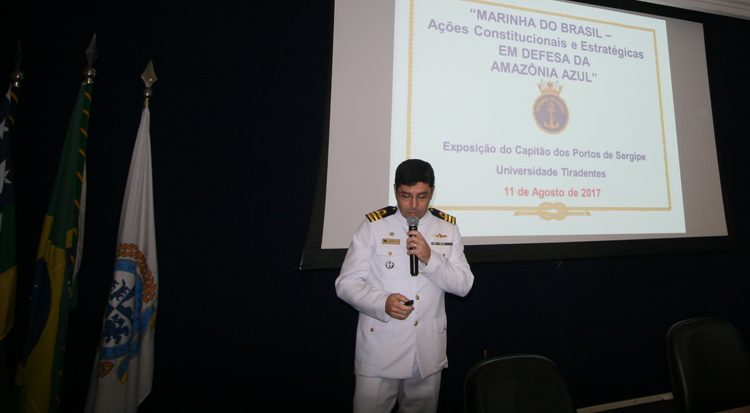 O Capitão de Fragata João Batista fez palestra durante o evento.