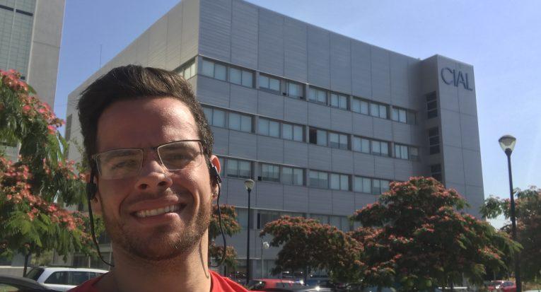 O discente Anderson Barbosa em Madrid. Ao fundo, o Instituto de Investigação em Ciências da Alimentação (CIAL), local onde realiza o estágio de doutorado-sanduíche