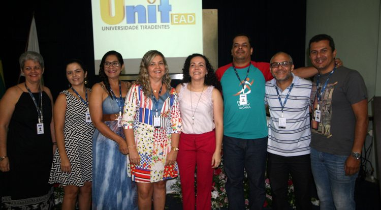 Professores recepcionam a palestrante, Danila Duarte