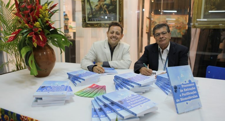 Professores Álvaro Lima e César Santana, autor e editor do livro, respectivamente