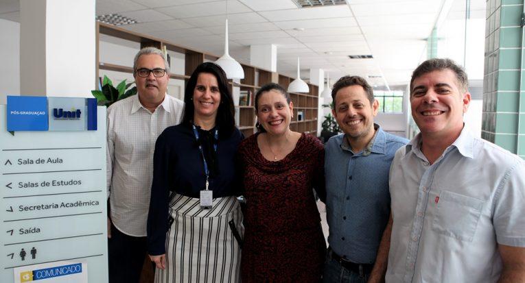 Diretora Juliana Cordeiro e coordenadores de programas comemoram resultados