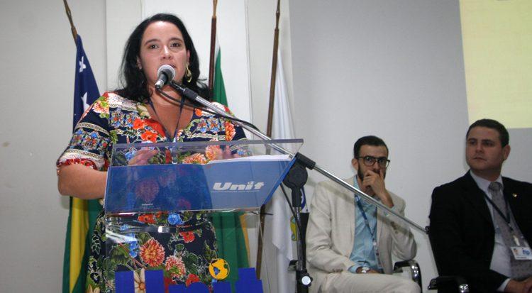 A coordenadora de Pesquisa e do evento professora Adriana Carla de Lima