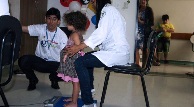 Nesta foto da edição de 2016, observação e diagnóstico fisioterapêutico no cuidado com a criança (Arquivo)