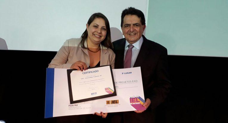 Diretor Geral do IEL E vice presidente do CNI, Paulo Afonso Ferreira, entregou o prêmio à professora Janaína Machado