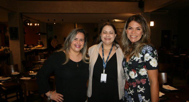 Ao meio, a professora Janaína recepciona Minéia Nascimento da Ser Consultoria (à sua direita) e Aline Cardoso de Albuquerque, a palestrante