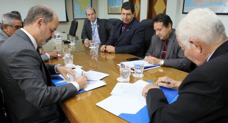 Acordo de cooperação técnica e financeira é assinado entre Unit e BNB para retomada do FIES