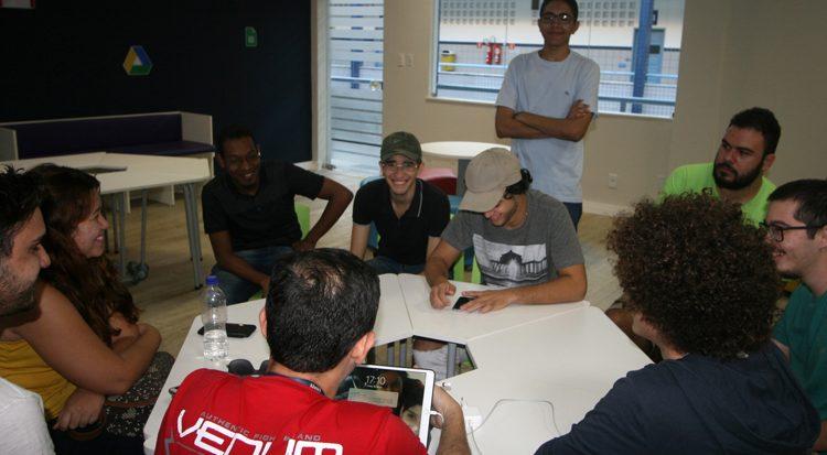 Luka, de camisa verde e barba (à direita) participa de reunião para organização do Game Day