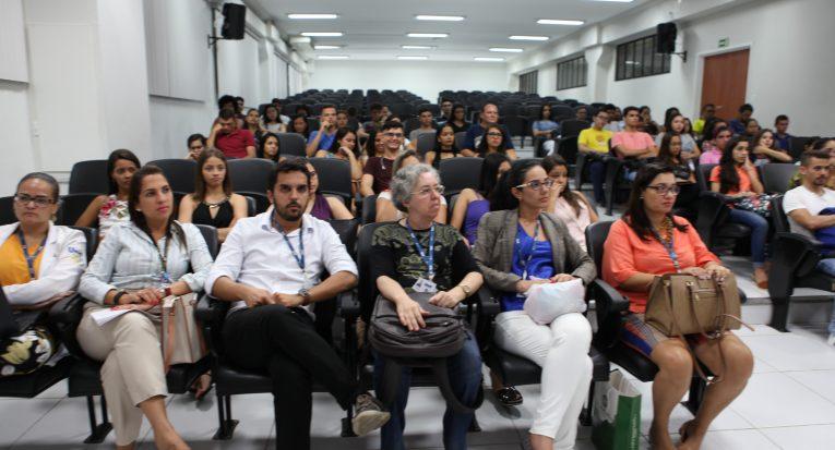 Professores e alunos  estiveram presentes na aula de FIsioterapia