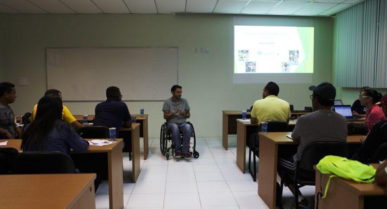 Coordenador de Educação Paralímpica do CPB, Luís Cavali, durante curso