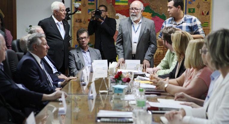 O assessor de projetos de internacionalização do Grupo Tiradentes, professor doutor José Fernandes de Lima, introduziu a reunião acompanhado por tradutor