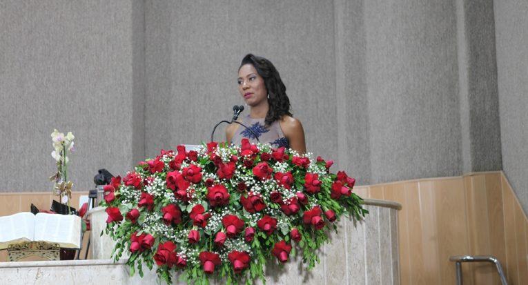 A jornalista egressa da Unit, Maristela Niz, em discurso durante evento