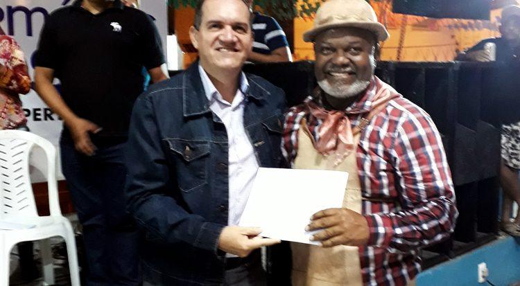 Professor Josenito entrega o cheque ao marcador da Xodó da Vila