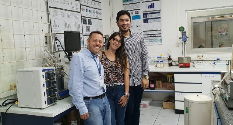 Aluna Carla Nahir Haidar da Universidade de Rosario da Argentina entre professor Dr. Álvaro Lima e pós doutorando Matheus Mendonca Pereira