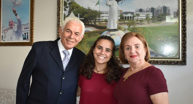 O reitor da Unit, professor Jouberto Uchôa de Mendonça, ao lado da vice-reitora, professora Amélia Uchôa, recepcionaram a aluna do MIT, Alexis D'Alessandro