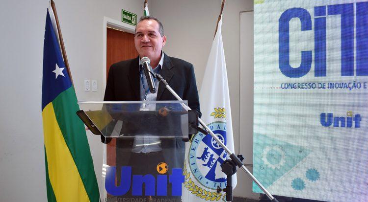 O Pró-Reitor Administrativo e Financeiro, professor Josenito abre solenemente o Conteng