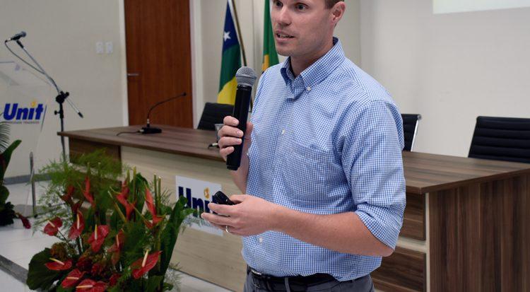 O conferencista alerta para o elevado grau de poluição provocado pelo plástico