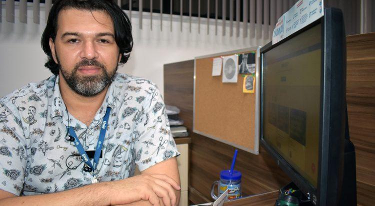 O egresso Marcelo Almeida Santana , hoje coordenador do curso