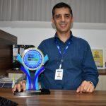 Docente da Unit recebe troféu de melhor profissional de TI
