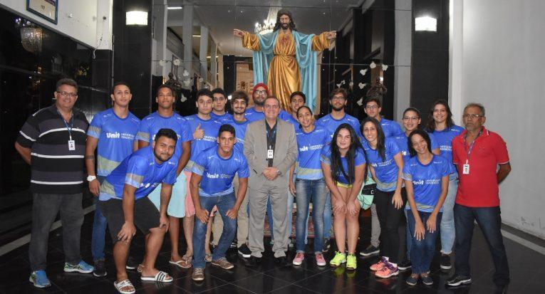 Pró-reitor administrativo financeiro da Unit, professor Josenito Oliveira, recepciona os alunos que competirão no JUBs