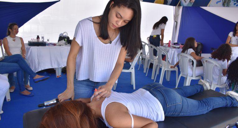 Alunos de Fisioterapia oferecem serviços como técnicas de alongamento e ventosaterapia