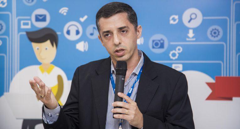 O professor Fábio Santos fala pela Unit
