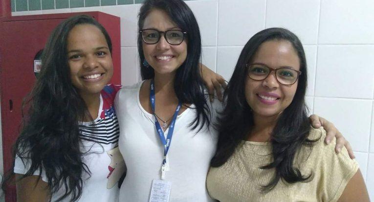Professora Camila ao lado de alunas. Foto- acervo pessoal
