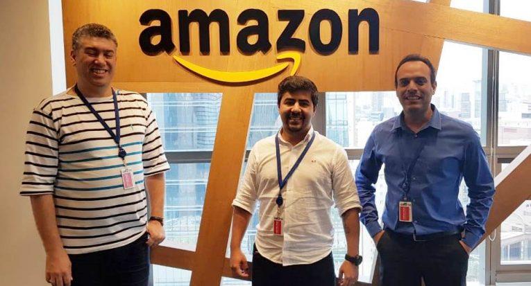 Professor Fábio Gomes, à esquerda, também visitou o escritório da Amazon, em São Paulo (SP)