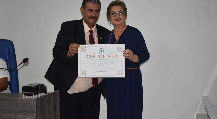 O presidente da Câmara  de Propriá concede o título à professora Adelina