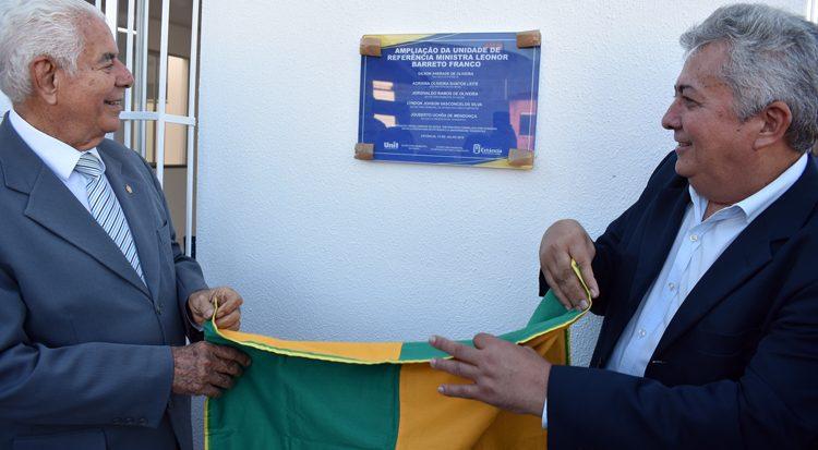 Professor Uchôa e o prefeito Gilson Andrade descerram a placa
