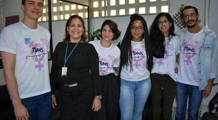 A professora Acácia  entre os idealizadores do projeto Guilherme Sampaio e Daniela Andrade