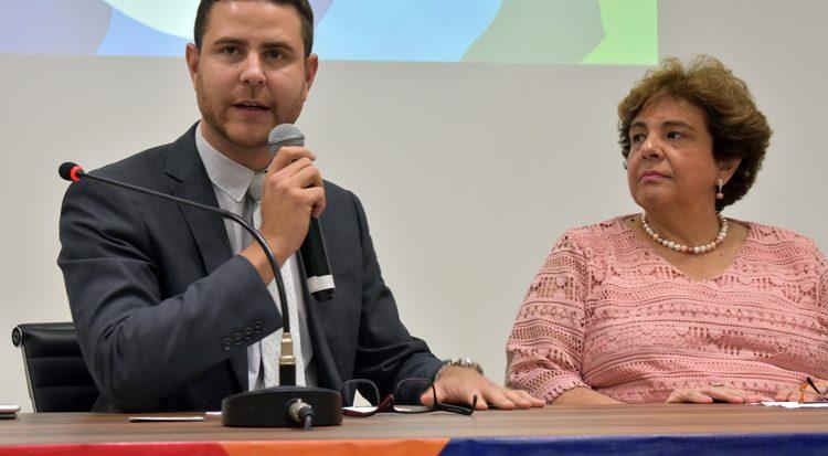 Ao lado da primeira vice-presidente do Comitê Paralímpico Brasileiro Naíse Pedrosa, o doutor Diego Menezes abre oficialmente o evento
