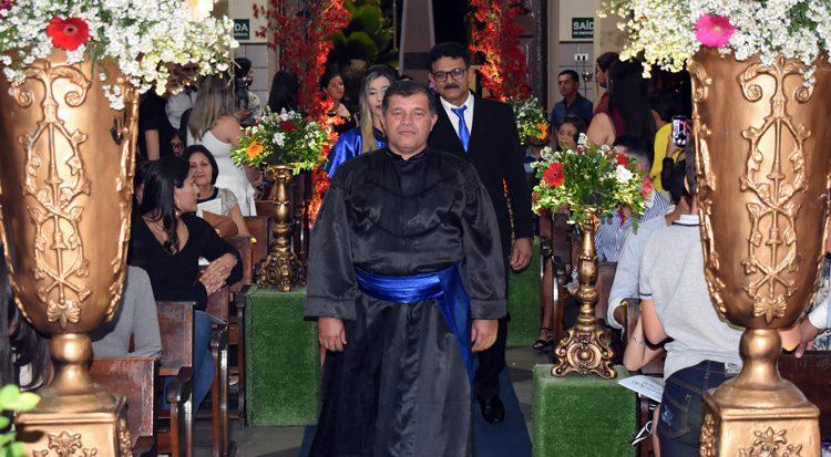 O formando entra solenemente na igreja