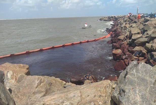 Mancha de óleo em litoral sergipano (Imagem: Portal A8SE)