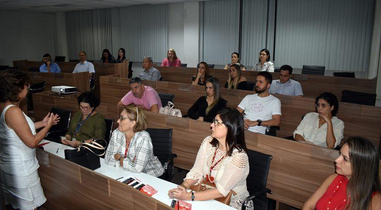 A médica Sônia Lima detalha a grade do curso